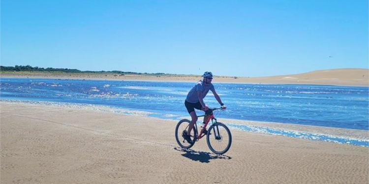 Manu de vacaciones en Monte Hermoso pedaleando por la playa