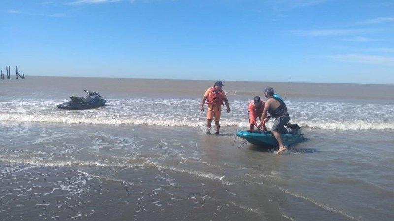 Rescate de prefectura a un kayakista en Monte Hermoso