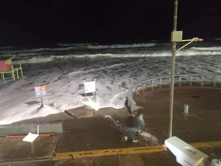 Agua llega a la costanera