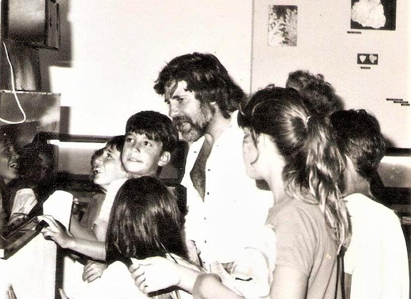 Vicente Di Martino en el museo con niños observando