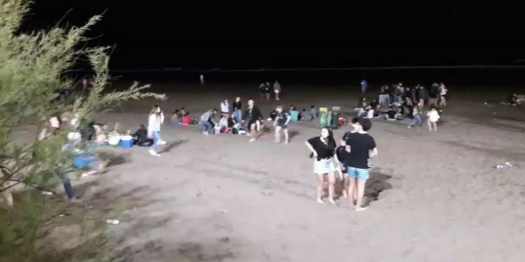 Jóvenes en la playa festejos por la primavera Monte Hermoso