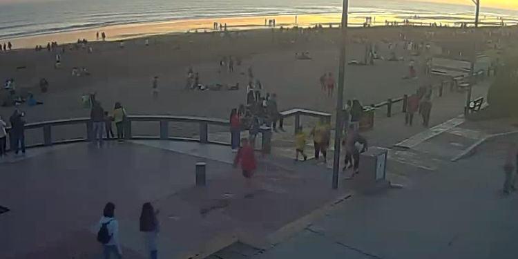 Jóvenes en la playa festejos por la primavera en Monte Hermoso