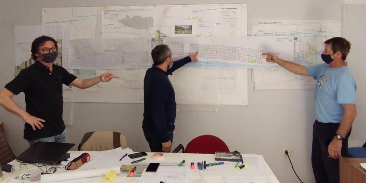 Entrega de planos de circulación a bomberos en Monte Hermoso